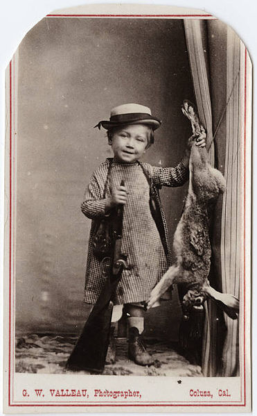 371px-Photograph_of_a_small_child_with_a_shot_gun_and_a_dead_rabbit