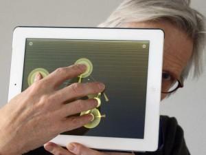 maximilian-schönherr-mit-musiksoftware-auf-tablet-computer