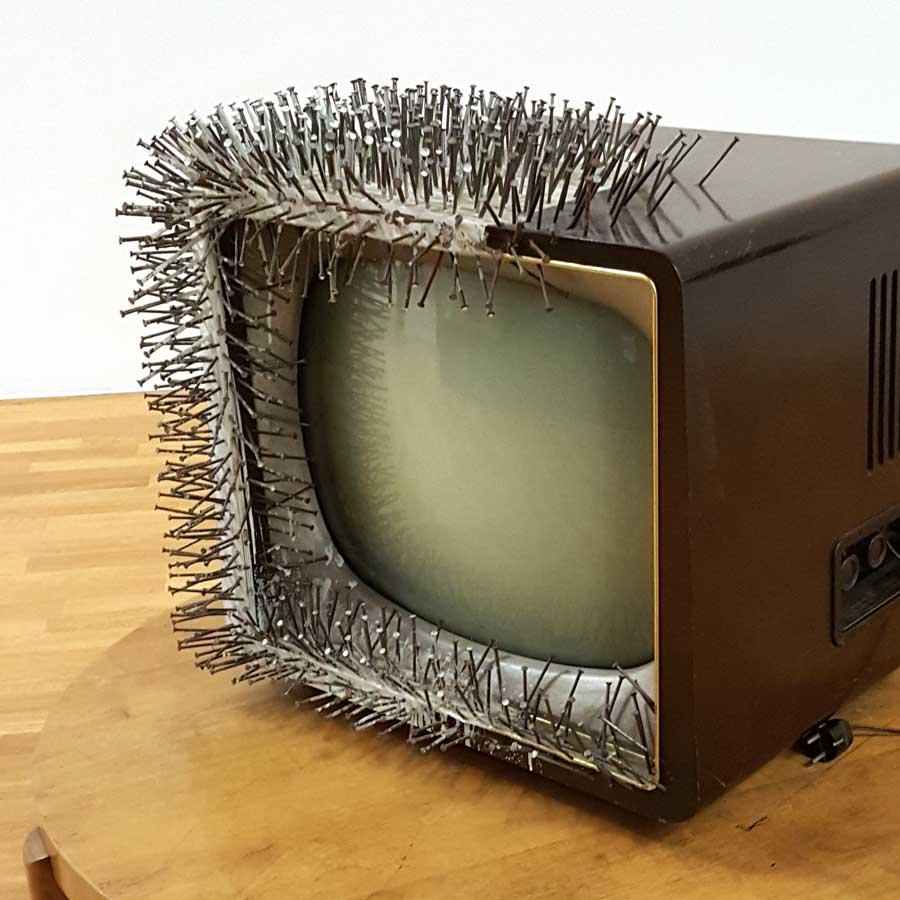 Günther-Uecker---TV-auf-Tisch---1963